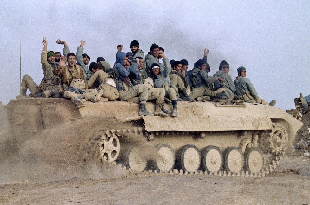 Sentados em um veículo blindado de transporte pessoal, soldados da Guarda Revolucionária Iraniana comemoram vitória do Irã contra as tropas iraquianas, em 24 de janeiro de 1987