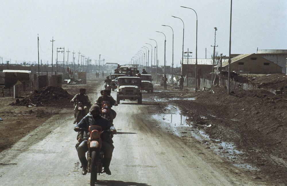 Tropas iranianas em território recém-conquistado no porto petrolífero de Faw, no Iraque, em fevereiro de 1986