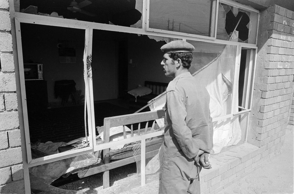 Soldado iraquiano solitário patrulha a aldeia arruinada de Mandali, perto da fronteira com o Irã, em junho de 1984.