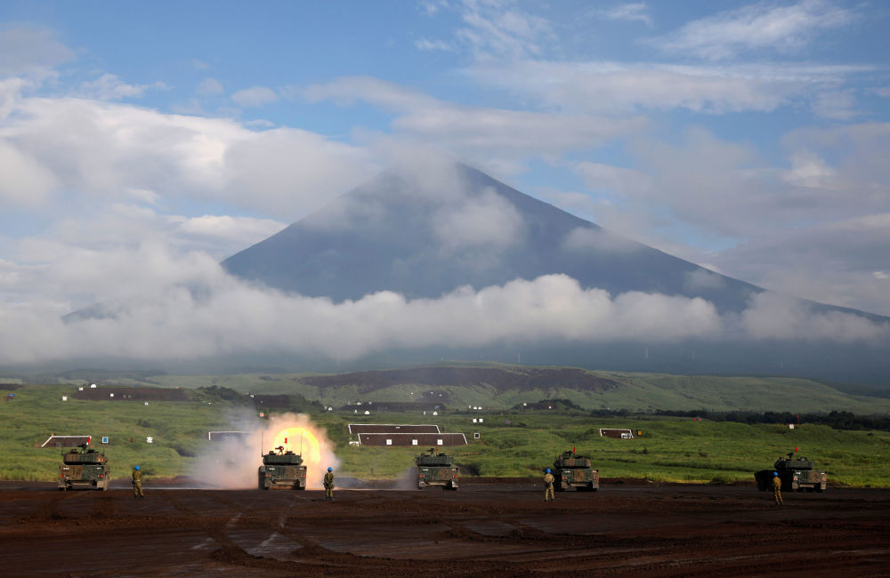 Veículos de combate Type 16 disparando durante treinamentos