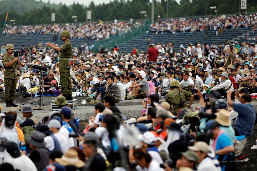 Visitantes dos treinamentos demonstrativos das Forças de Autodefesa do Japão