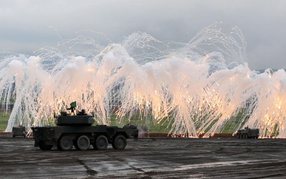 Tanques e veículos de combate durante treinamentos militares