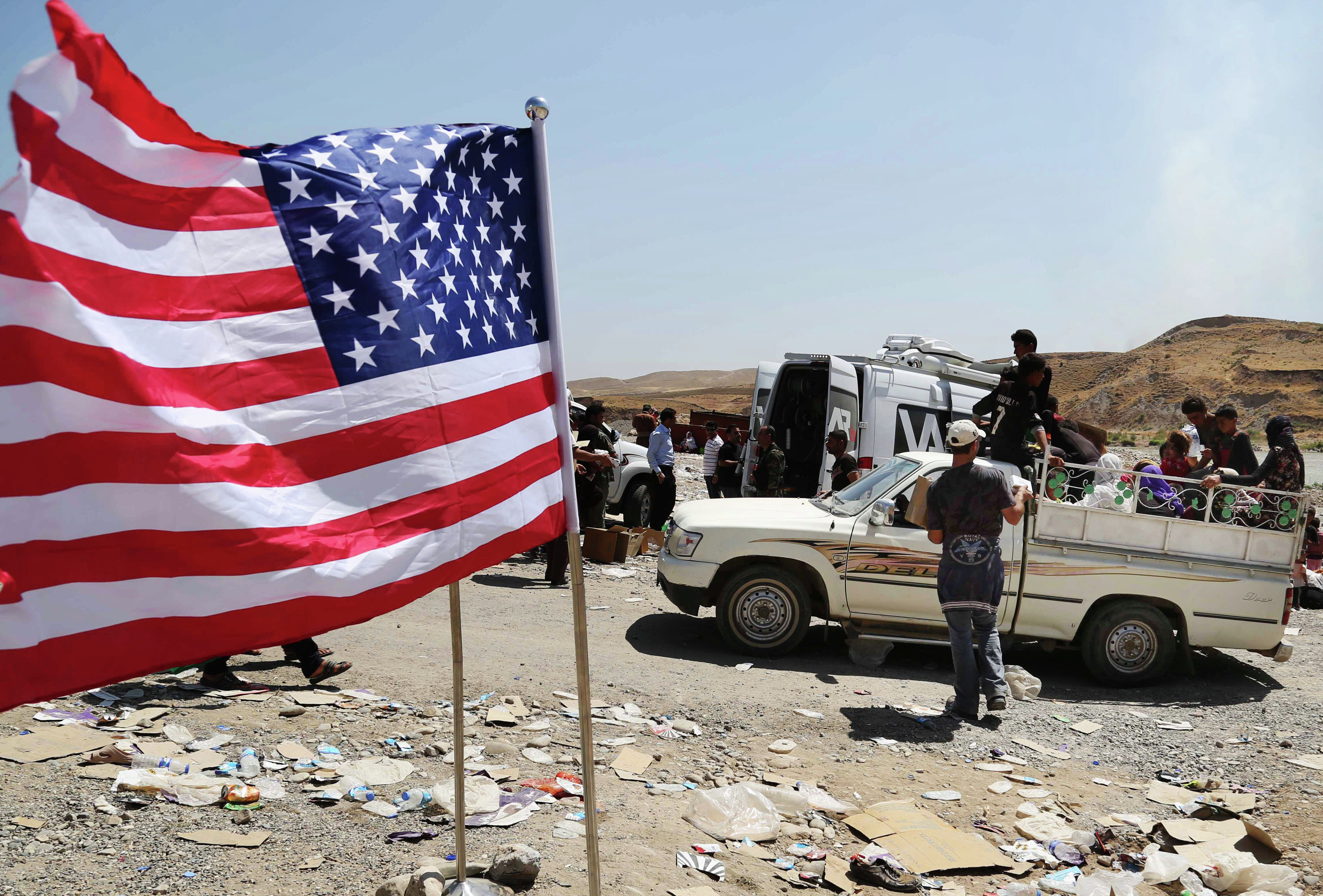 Bandeira dos EUA tremulando na fronteira entre Iraque e Síria, em Feeshkhabour (arquivo)