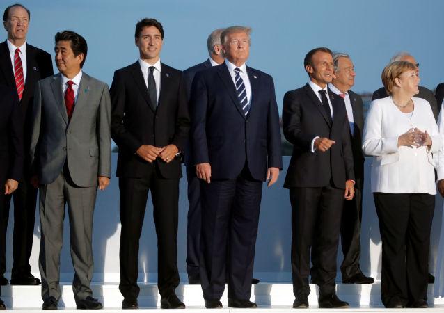 Líderes da cúpula do G7 pousam para foto oficial.