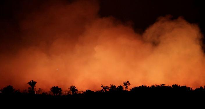 Fumaça ganha tom vermelho das chamas que se alastram pela Amazônia