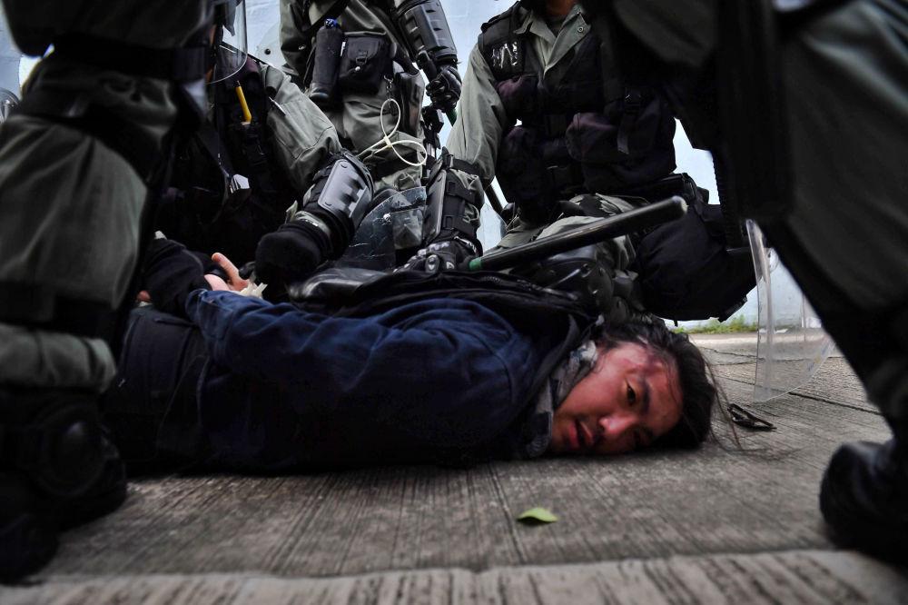 Polícia de Hong Kong detém um manifestante
