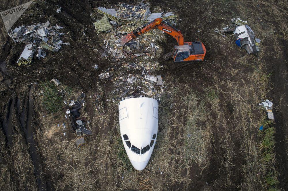 Trabalhos de retirada do avião Airbus A321 do lugar do acidente no campo nos arredores de Moscou. Em 15 de agosto o avião russo fez um pouso de emergência bem-sucedido em um campo de milho