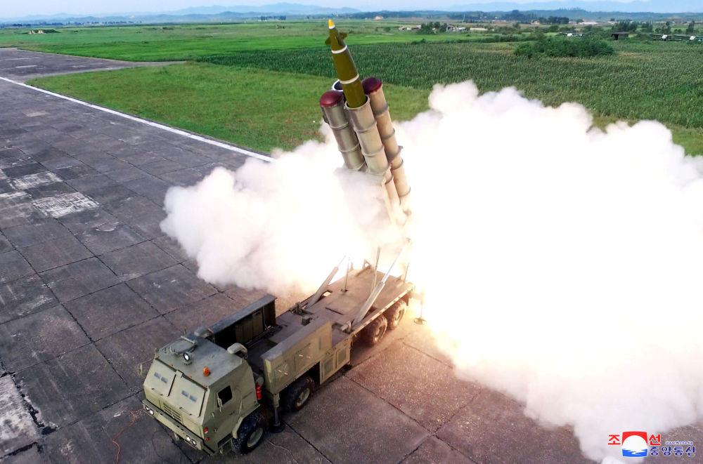 Lançamento de míssil durante teste de um sistema de mísseis reutilizável na Coreia do Norte