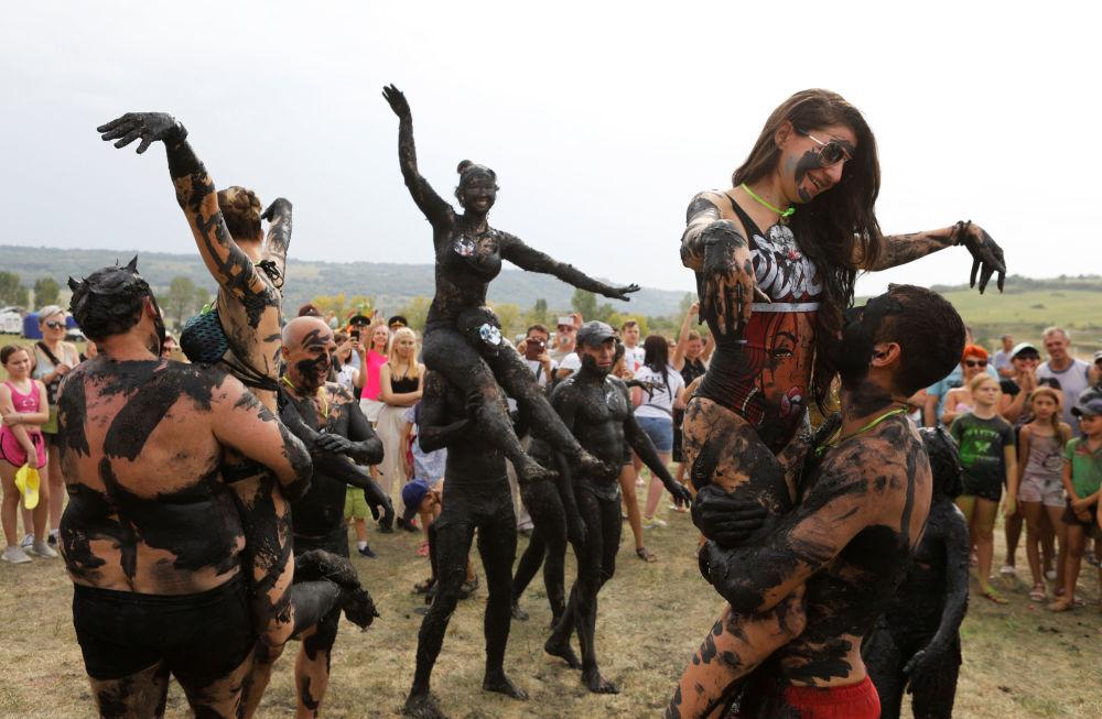 Participantes do Festival Zheleznaya Gryaz (literalmente Lama de Ferro) na cidade de Zheleznovodsk, na Rússia