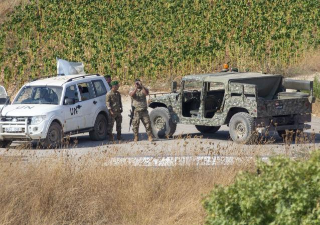 Soldados libaneses com oficiais da ONU patrulham na aldeia libanesa de Aitaroun, ao longo da fronteira entre Israel e Líbano, Israel, 27 de agosto de 2019