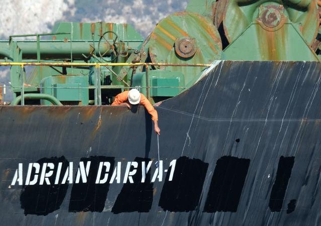 Membro da tripulação verifica novo nome do petroleiro iraniano Adrian Darya 1, anteriormente conhecido como Grace 1, na costa de Gibraltar, 18 de agosto de 2019
