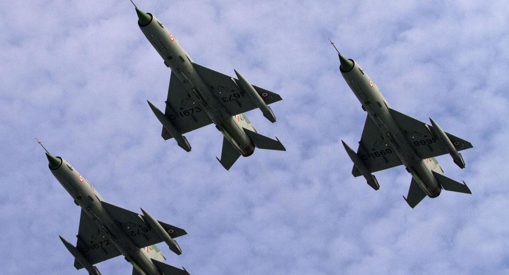 Caças MIG 21 da Força Aérea Indiana (IAF) realizam voo na base aérea em Tezpur, Índia, 21 de novembro de 2014