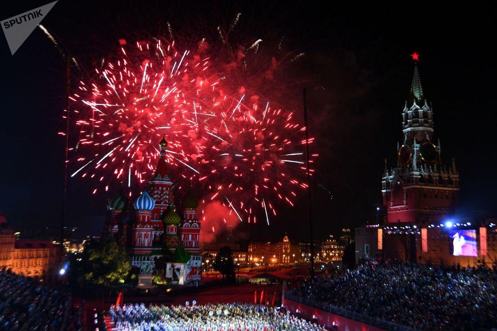 Cerimônia de encerramento do Festival de Música Militar Spasskaya Bashnya na Praça Vermelha em Moscou