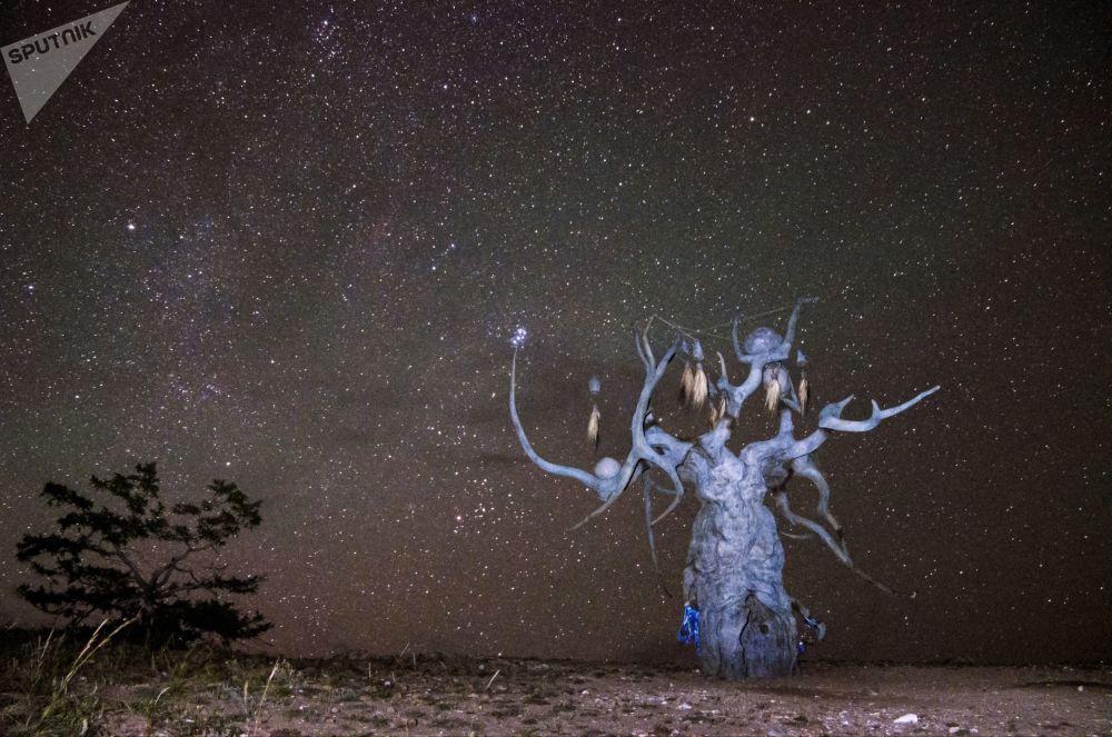Escultura de Dasha Namdakova O Guardião do Baikal, na ilha de Olkhon, no lago Baikal, Rússia