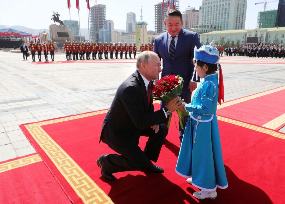 Presidente da Rússia, Vladimir Putin, sendo recebido pelo presidente da Mongólia, Khaltmaagin Battulga em 3 de setembro