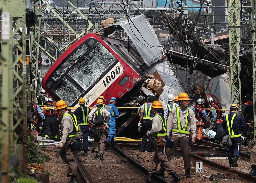 Equipe de resgate no local de colisão entre um trem e um caminhão na cidade japonesa de Yokohama