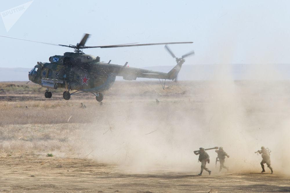 Desembarque de soldados durante exercício militar em polígono próximo da cidade de Teodósia na Criméia, Rússia