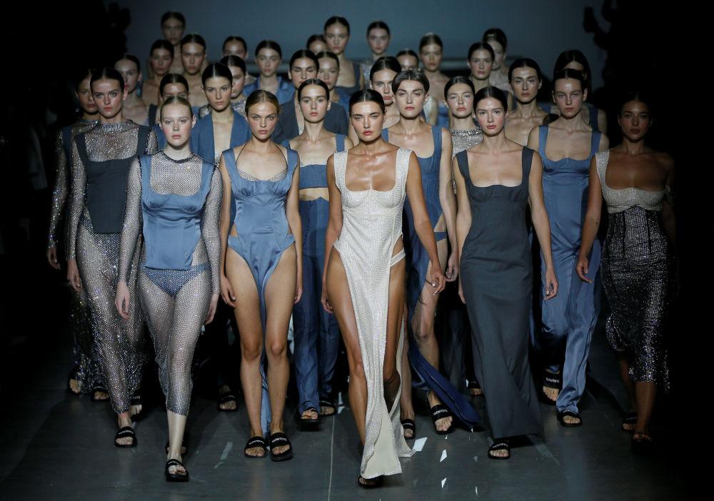 Modelos com trajes da estilista ucraniana Elvira Gasanova na Semana de Moda em Kiev, Ucrânia