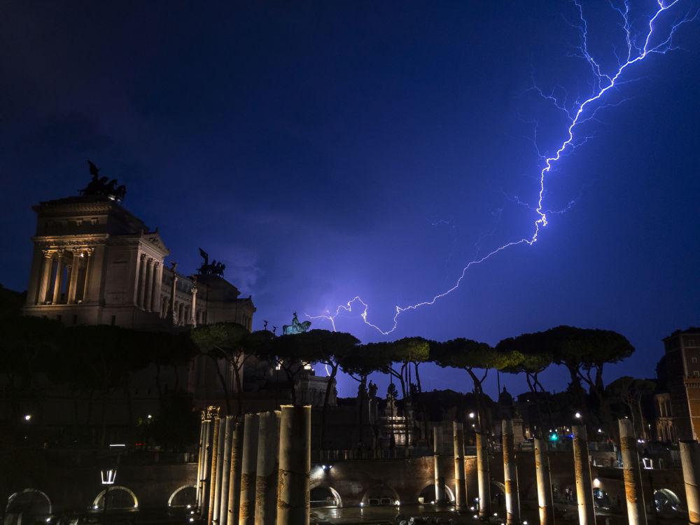 Raio cai no monumento de Vittorio Emanuele II durante tempestade em Roma