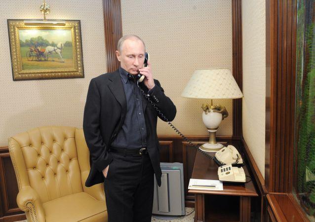 Vladimir Putin, presidente da Rússia, ao telefone (arquivo)