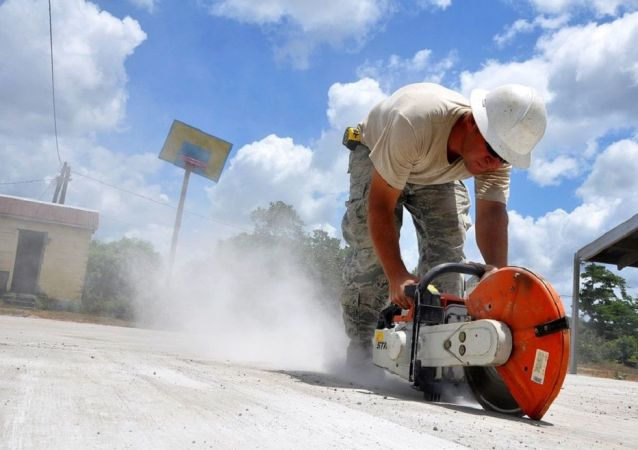 Pedreiro cortando cimento