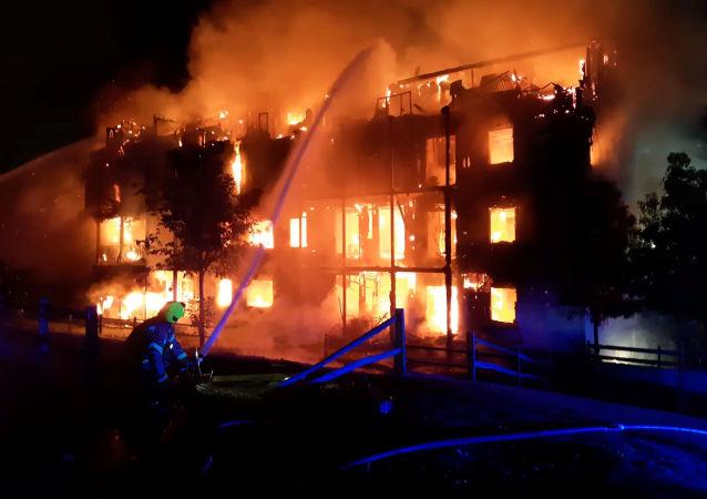 Bombeiros lutam contra incêndio consumindo bloco de apartamentos em Londres, Reino Unido, 9 de setembro de 2019