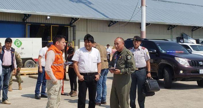 Evo Morales, presidente boliviano, e Javier Zavaleta, ministro boliviano da Defesa, depois de receber o avião russo Il-76 de combate a incêndios