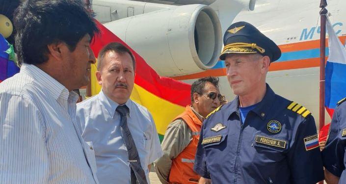 Presidente da Bolívia, Evo Morales, recebe um dos membros da tripulação do avião russo de combate a incêndios Il-76