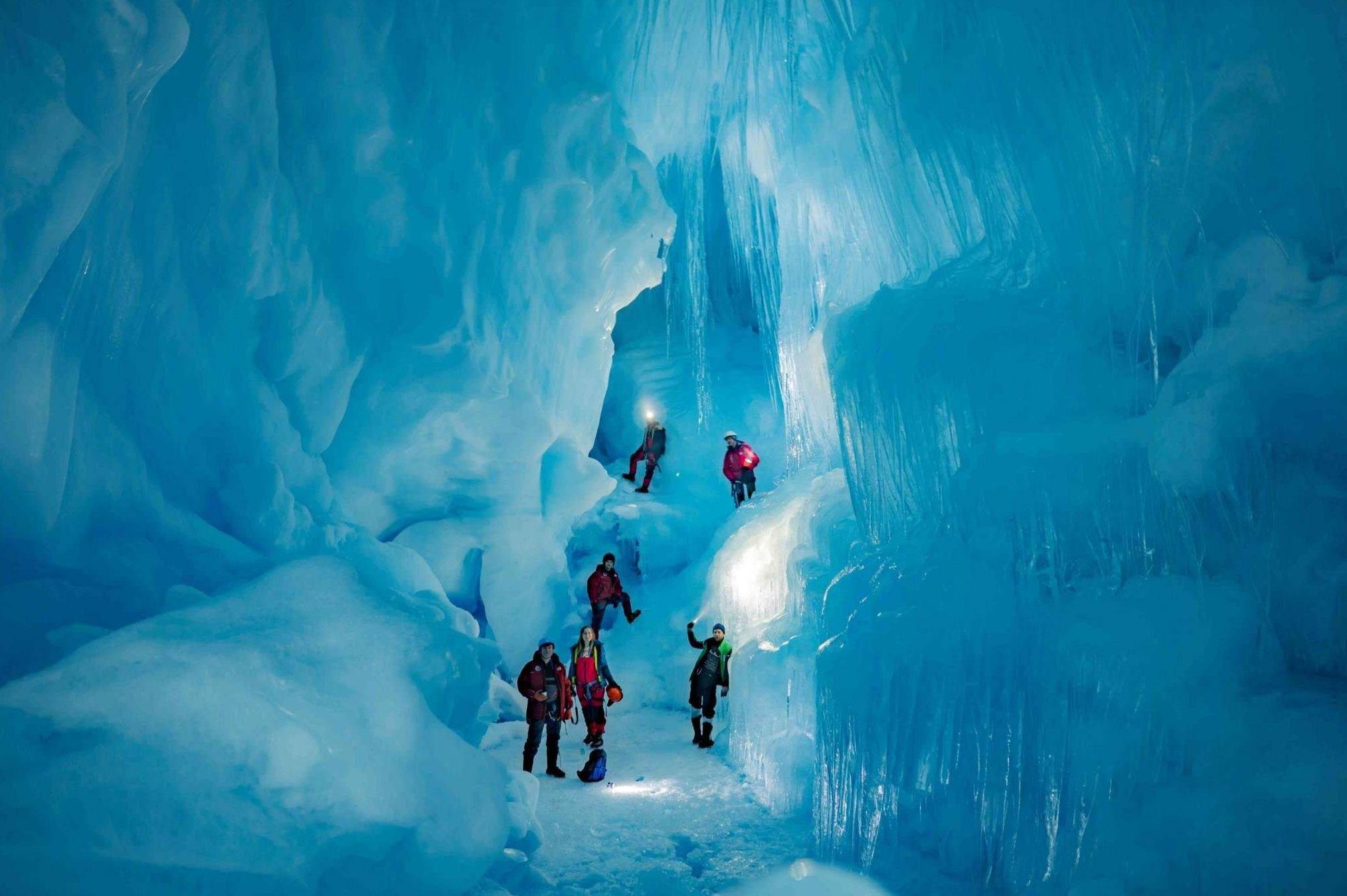 Formação geológica descoberta por exploradores da Expedição Antártida da Ucrânia (UAE) na Ilha Galindez, Antártida