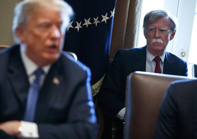 O presidente dos Estados Unidos, Donald Trump, e seu ex-conselheiro de Segurança Nacional, John Bolton, durante reunião na Casa Branca (arquivo)