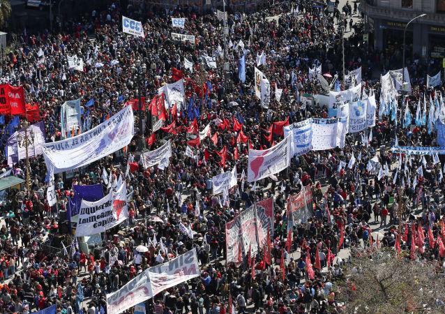 Manifestantes se concentram em Buenos Aires para pressionar pela aprovação de estado de emergência alimentar na Argentina