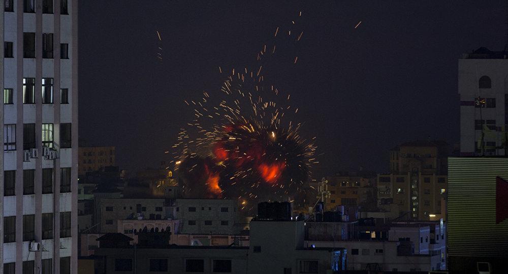 Explosão causada por ataque aéreo israelense em um prédio em Gaza, 4 de maio de 2019