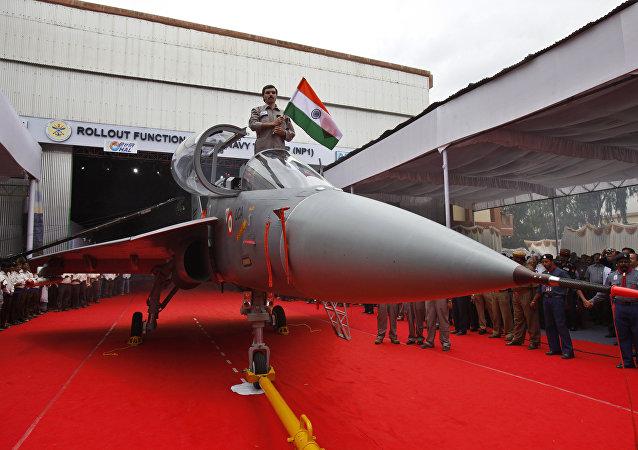 Aeronave de combate naval indiana LCA (Navy) durante cerimônia de apresentação em Bangalore, Índia, 6 de julho de 2010