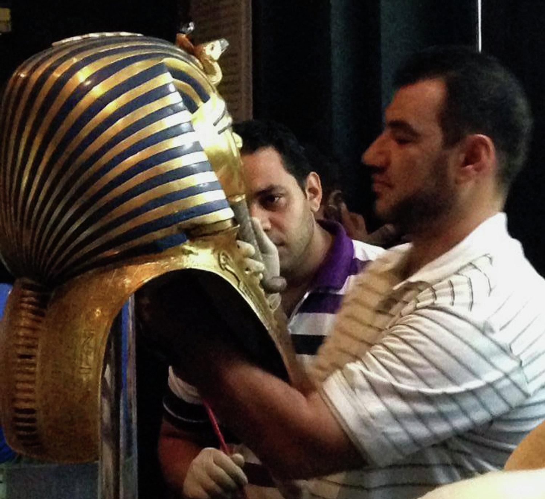 Restaurador cola a parte da barba da máscara de Tutancâmon no Museu do Cairo, Egito