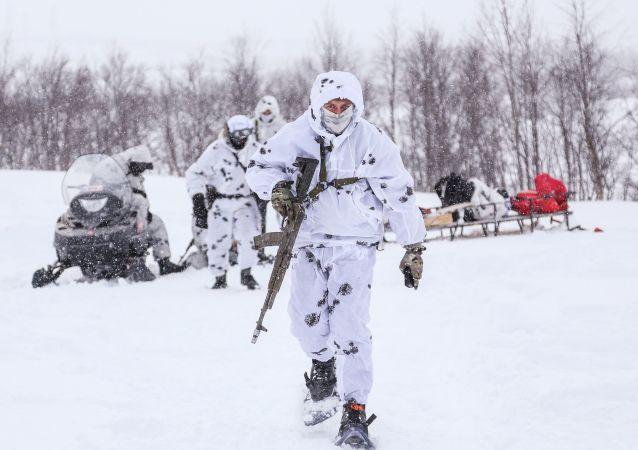 Soldado durante treinamento na região de Murmanks, no Ártico.