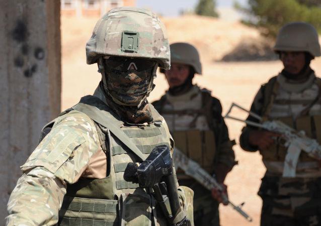 Instrutor militar russo durante instrução de soldados sírios em Yafour, Síria