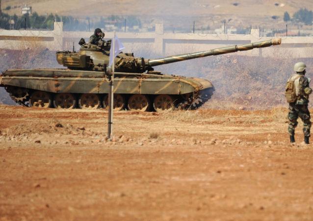 Soldados sírios e um tanque de guerra em Yafour, Síria