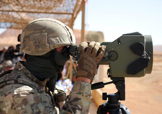 Militar russo utilizando binóculos.