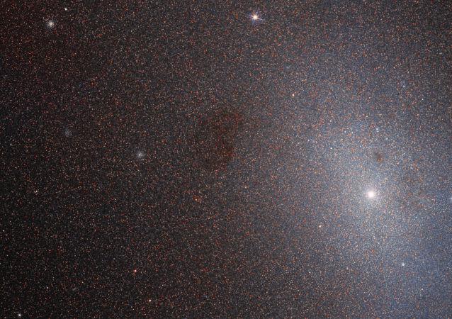 Galáxia elíptica anã Messier 110 na constelação de Andrômeda fotografada pelo telescópio espacial Hubble da NASA