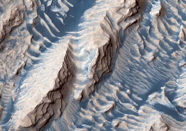 Dunas de rochas sedimentares e areia na cratera de Danielson em Marte. Imagem feita pela espaçonave Mars Reconnaissance Orbiter