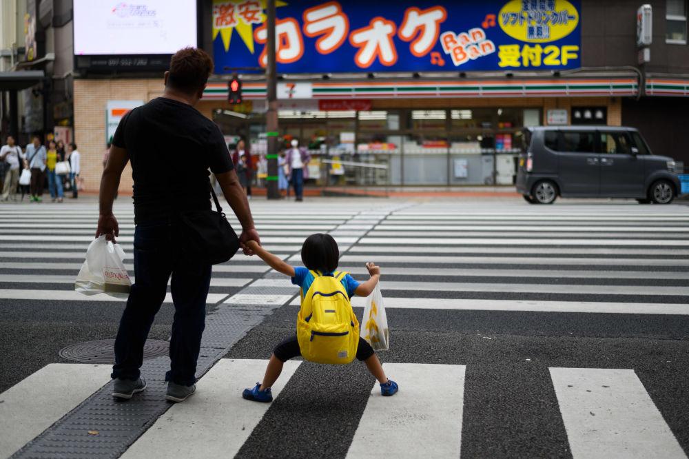 Pai e filho em uma faixa de pedestres na cidade japonesa de Oita, em 21 de setembro de 2019