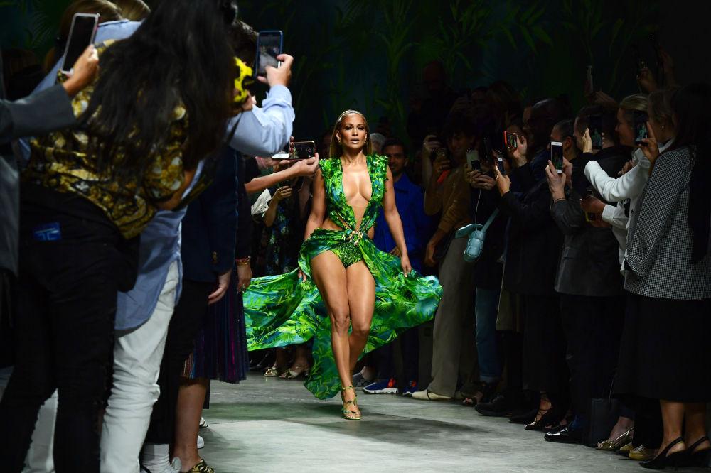 Cantora americana Jennifer Lopez desfilando em um show de moda em Milão, Itália