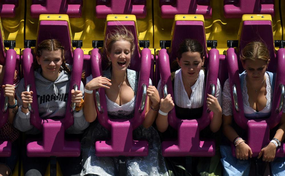 Moças se divertem em uma atração durante a Oktoberfest em Munique, na Alemanha