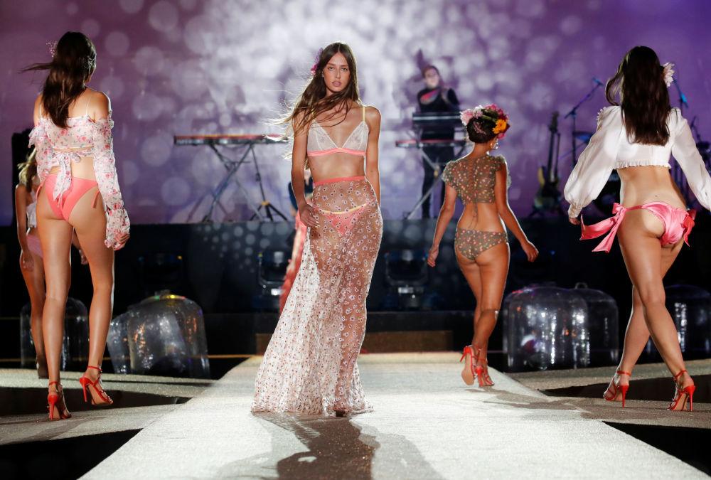 Modelos desfilam durante o Etam Live Show Lingerie em Roland Garros, na França, durante a Semana de Moda de Paris