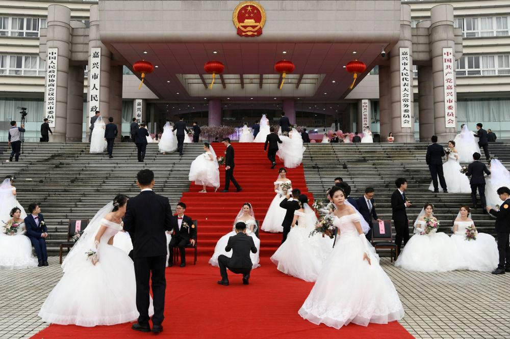 Casamentos em massa são celebrados em frente ao prédio da Administração da cidade chinesa de Jiaxing em 22 de setembro
