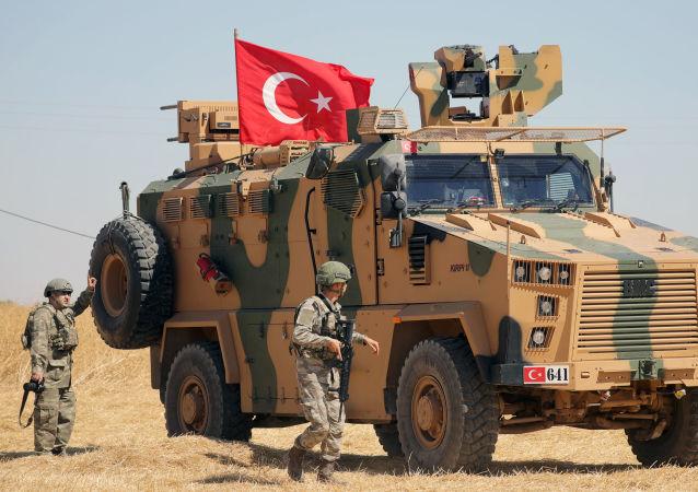 Soldado e tanque do exército Turco, próximos a cidade de Tel Abyad, na Síria, em Setembro de 2019