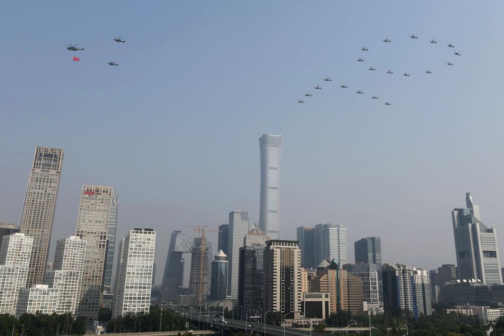 Helicópteros militares durante o desfile militar marcando o 70º aniversário da fundação da República Popular da China, em Pequim