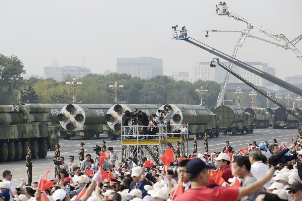 Jornalistas tirando fotos dos mísseis DF-41 e DF-5B durante o desfile militar marcando o 70º aniversário da fundação da República Popular da China, em Pequim