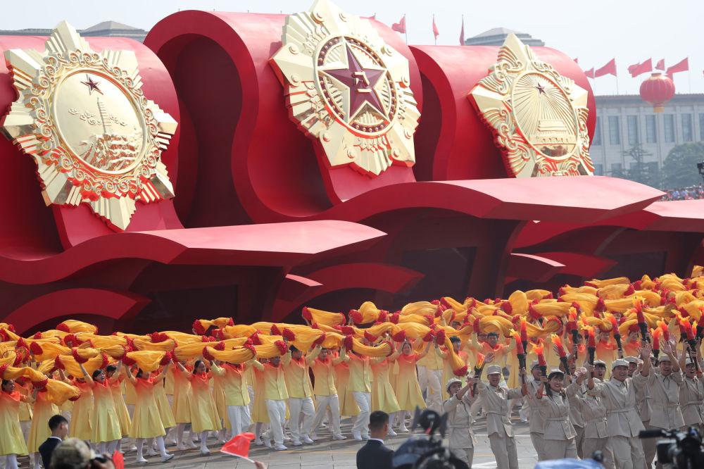Participantes do desfile militar marcando o 70º aniversário da fundação da República Popular da China, em Pequim
