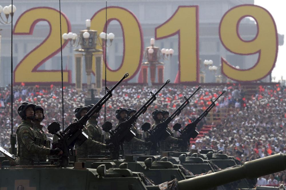 Veículos militares no desfile dedicado ao 70º aniversário da fundação da República Popular da China, em Pequim